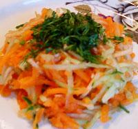 Морковный салат с яблоком и огурцом.