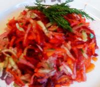 Свекольный салат с дайконом и морковью.