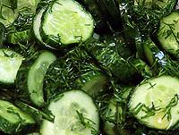 Огуречный салат в медовой заправке.