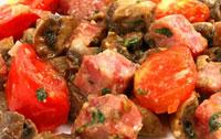 Грибное рагу с ветчиной и помидорами.