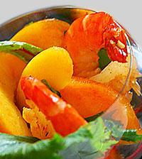 Салат из креветок с дыней и персиком.