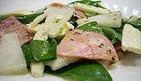 Салат из ветчины с дыней и сыром.