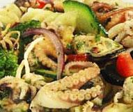 Макароный салат с морепродуктами.