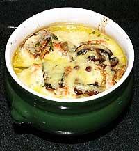 Лосось под сырно-сливочным соусом в горшочках.