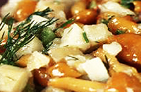Картофельный салат с маринованными опятами. Русская кухня.