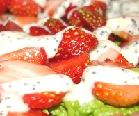Клубничный салат с маковым соусом. Рецепт.